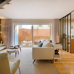 Moradia em Leça da Palmeira - SHI Studio Interior Design: Salas de estar  por SHI Studio, Sheila Moura Azevedo Interior Design,Moderno
