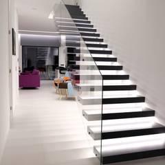 Moradia das Veigas: Escadas  por Engebasto - Atividades de Engenharia e Arquitetura, Lda,Moderno