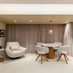 Reforma em Apartamento com toque classico e moderno, em tons claros: Salas de estar  por Sônia Beltrão Arquitetura