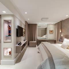 Reforma em Apartamento com toque classico e moderno, em tons claros: Quartos  por Sônia Beltrão Arquitetura ,Moderno