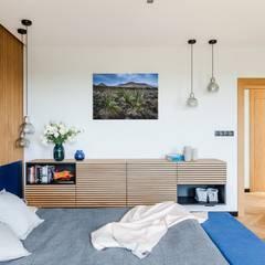Dom drewniany: styl , w kategorii Małe sypialnie zaprojektowany przez ZONA Architekci Architekt Poznań, projektowanie wnętrz