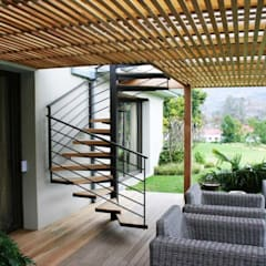 Outdoor staircase from deck:  Stairs by Renov8 CONSTRUCTION