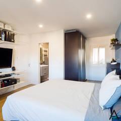 Proyecto de reforma e interiorismo en una vivienda en Barcelona por Estudi Aura: Dormitorios pequeños de estilo  de Estudi Aura