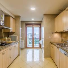 Apartamento T4 na Estrela - Lisboa: Cozinhas  por EU LISBOA