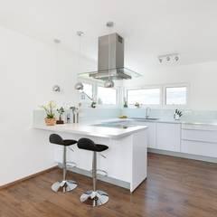 Küche mit Theke:  Einbauküche von TALBAU-Haus GmbH