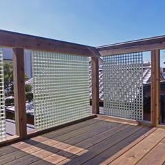 木製ベランダ: 望月工務店  望月建築設計室が手掛けたベランダです。