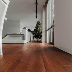 Wnętrze domu w stylu nowoczesnym: styl , w kategorii Podłogi zaprojektowany przez Roble