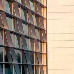 Edifício AIRC - Coimbra Janelas e portas modernas por SAM'S - Soluções em alumínio e PVC Moderno