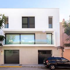 Unifamiliar entre medianeras: Casas unifamilares de estilo  de DonateCaballero Arquitectos