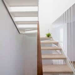 Casa entre medianeras en Murcia: Escaleras de estilo  de DonateCaballero Arquitectos