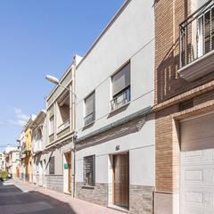 Casa entre medianeras en Murcia: Casas de estilo  de DonateCaballero Arquitectos