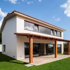 Vivienda en Callobre: Casas unifamilares de estilo  de AD+ arquitectura