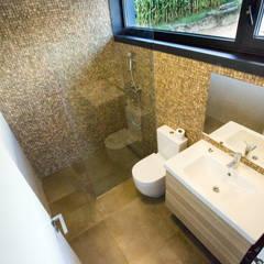 Vivienda en Callobre: Baños de estilo  de AD+ arquitectura