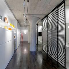 2nd Street Loft:  Corridor & hallway by Feldman Architecture