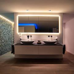 Wohlfühlatmosphäre im Bad:  Badezimmer von Moreno Licht mit Effekt - Lichtplaner