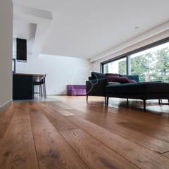 Salon w stylu nowoczesnym: styl , w kategorii Podłogi zaprojektowany przez Roble