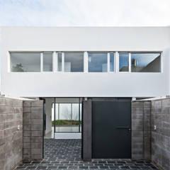 Detached home by SMF Arquitectos  /  Juan Martín Flores, Enrique Speroni, Gabriel Martinez