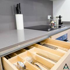 Proyecto Gran Via: Cocinas pequeñas de estilo  de Estudi Aura