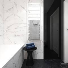 Niskobudżetowo z granatowym akcentem: styl , w kategorii Łazienka zaprojektowany przez Ambience. Interior Design