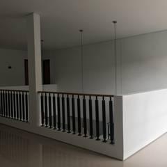Corridor & hallway by indra firmansyah architects