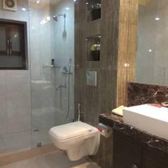 GUEST HOUSE TOILETS:  Bathroom by Rashi Agarwal Designs