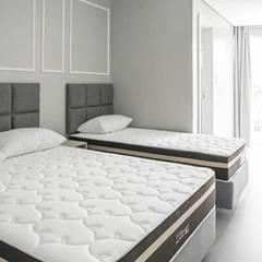 Dormitório: Quartos pequenos  por La Decora