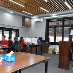VĂN PHÒNG CÔNG TY TNHH XUẤT NHẬP KHẨU SANG TRỌNG:  Văn phòng & cửa hàng by VAN NAM FURNITURE & INTERIOR DECORATION CO., LTD.