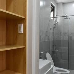 NHÀ PHỐ NGUYỄN VĂN CỪ:  Phòng tắm by VAN NAM FURNITURE & INTERIOR DECORATION CO., LTD.