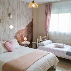 Habitación Rosé: Dormitorios de estilo  de Housing & Colours