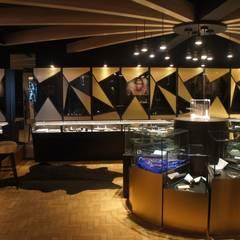 Joalheria - Mostra Elite Design: Centros de exposições  por Triple Arquitetura Inteligente