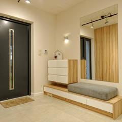 Dom dla 2 + 2: styl , w kategorii Korytarz, przedpokój zaprojektowany przez Grzegorz Popiołek Projektowanie Wnętrz