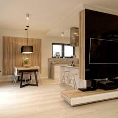 Dom dla 2 + 2: styl , w kategorii Salon zaprojektowany przez Grzegorz Popiołek Projektowanie Wnętrz