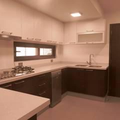 : Cocinas equipadas de estilo  por RCR Arquitectos