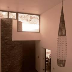 : Pasillos y hall de entrada de estilo  por RCR Arquitectos
