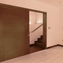 Construcción de Casa Chacon el La Reina, Region Metropolitana, Santiago: Dormitorios pequeños de estilo  por RCR Arquitectos
