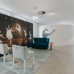 And I Wonder: Espaços comerciais  por Designer's Mint Studio