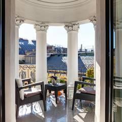 Balcone suite: Balcone in stile  di Architettura Suppressa