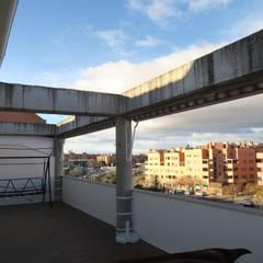 Reforma Ático 70 m2 en Sanchinarro: Terrazas de estilo  de Reformadisimo