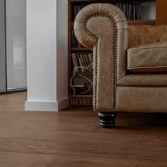 Podłogi w domu w stylu eklektycznym: styl , w kategorii Domowe biuro i gabinet zaprojektowany przez Roble