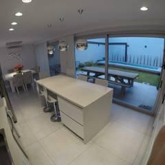 Arquitectura general: Muebles de cocinas de estilo  por Mariano Meza Leiz