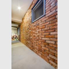 我孫子の家1(路地裏のある家): 大畠稜司建築設計事務所が手掛けた壁です。,