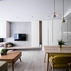 空間設計:  客廳 by 築本國際設計有限公司,