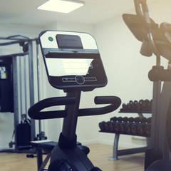 Gimnasio residencial en Madrid: Gimnasios domésticos de estilo  de Hogar Fitness