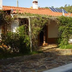 Remodelação e Ampliação de Moradia, Odemira: Casas de campo  por darq - arquitectura, design, 3D