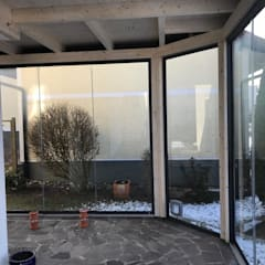 Holz-Aluminium Wintergarten mit Schiebetüren von Wintergarten-Schmidinger:  Wintergarten von Schmidinger Wintergärten, Fenster & Verglasungen