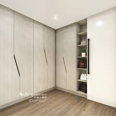 Ruang Ganti Modern Oleh 木博士團隊/動念室內設計制作 Modern Komposit Kayu-Plastik