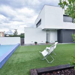 EXTERIOR de LLOBET interiors: Casas unifamilares de estilo  de LLOBET interiors