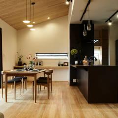 House in Nakamoz: デザインルバート一級建築士事務所が手掛けたダイニングです。