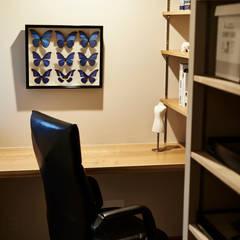 House in Nakamoz: デザインルバート一級建築士事務所が手掛けた書斎です。,モダン 無垢材 多色