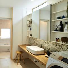 House in Nakamoz: デザインルバート一級建築士事務所が手掛けた浴室です。